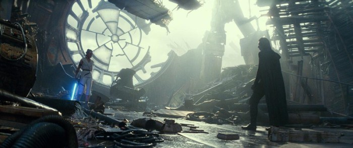 Szenenbild aus THE RISE OF SKYWALKER - Rey (Daisy Ridley) gegen Kylo Ren (Adam Driver) - © Disney