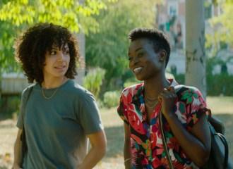 Szenenbild aus IVIE WIE IVIE - Ivie (Haley Louise Jones) und ihre Halbschwester Naomi (Lorna Ishema) - © Weidemannbros.