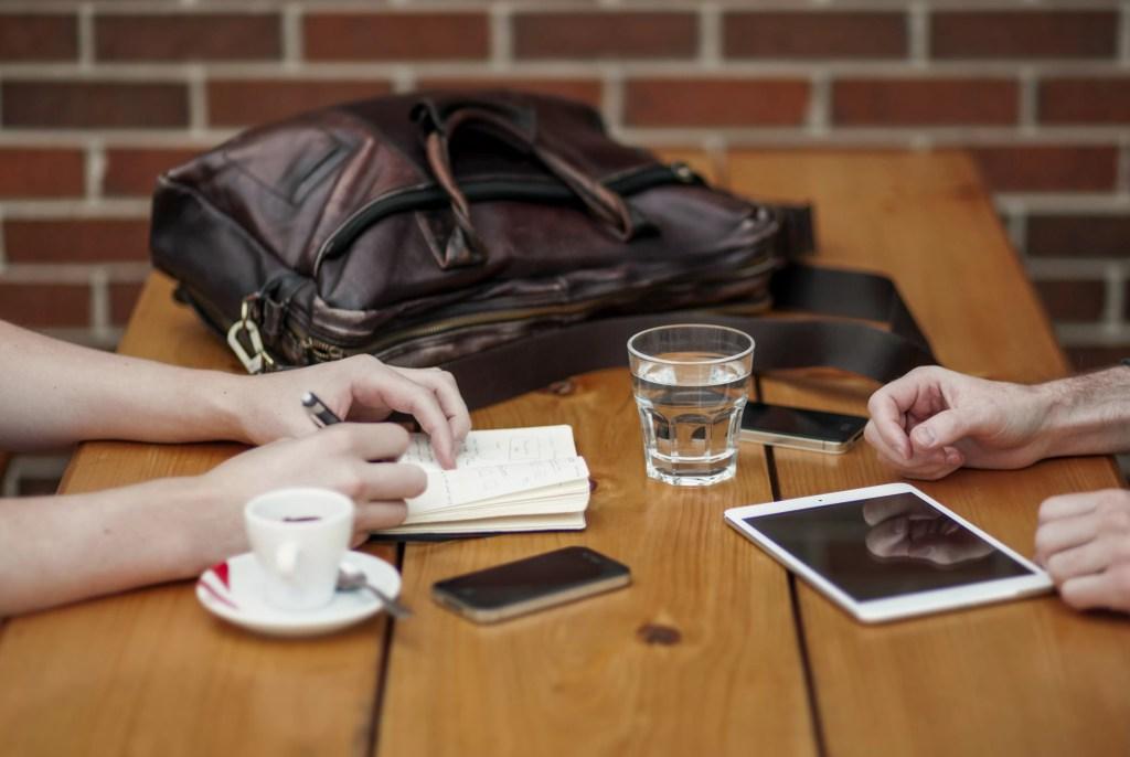 Frequentar cafés, coworkings ou trabalhar de vez em quando com algum amigo, podem ser boas opções para combater o isolamento no home office.