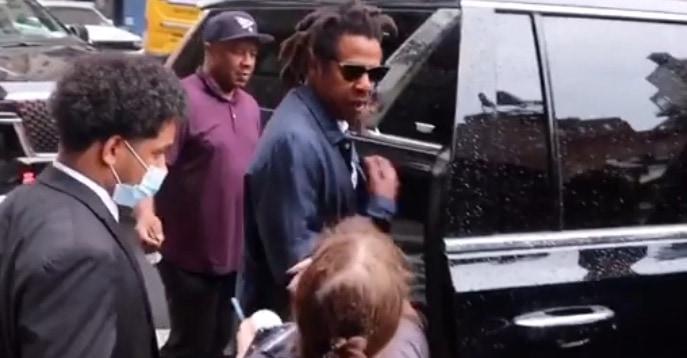 Quand Jay-Z respecte son image et refuse de signer l'objet d'une fan