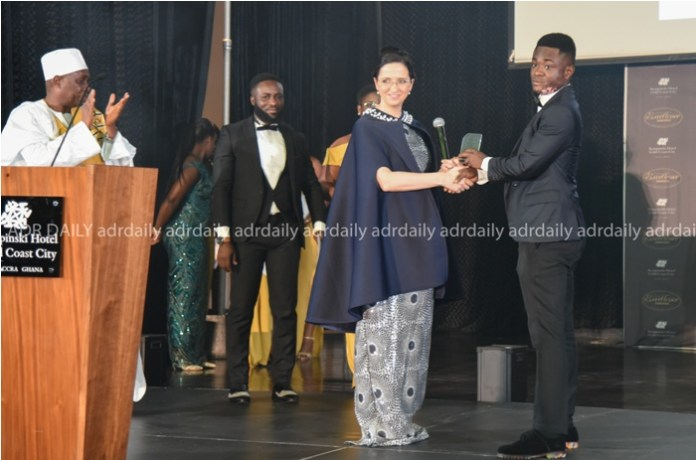 Cornelia Zshunke (left), Executive Assistant Manager, presenting an award