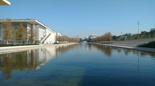 το κανάλι εμπρός από το κεντρικό κτίριο ΙΣΝ