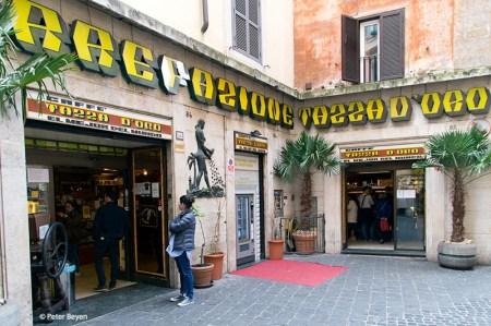 """La """"Tazza d'oro"""" din Roma, lângă Pantheon, poţi cere o cafea personalizată cu numele tău sau cu desenul favorit!"""