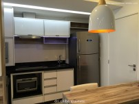 Vista da cozinha e da mesa
