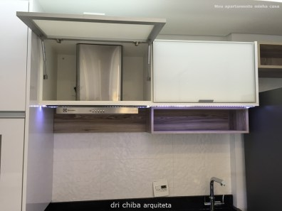 Vista do armário que oculta o duto da coifa