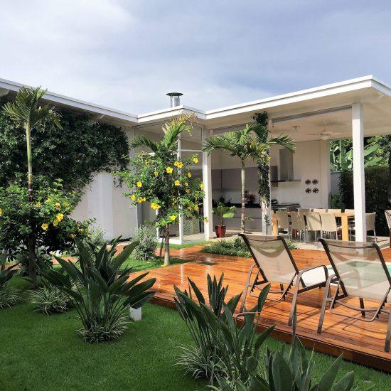Paisagismo | Churrasqueira e palmeiras