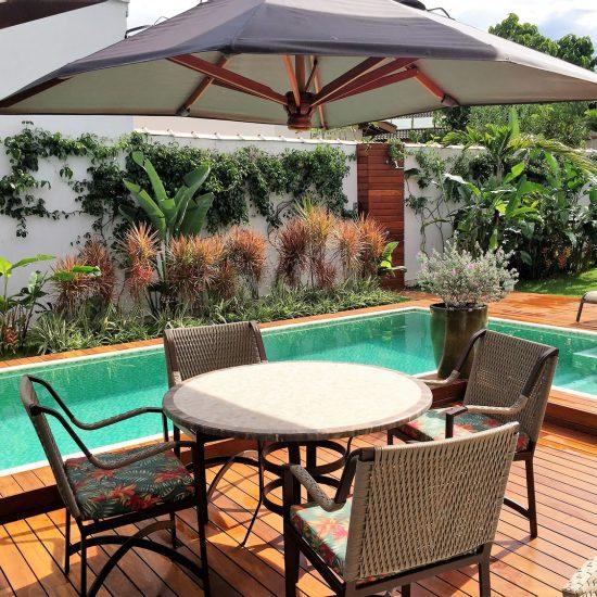Paisagismo | Piscina,  ombrelone, mesa,  dracena, deck, palmeira