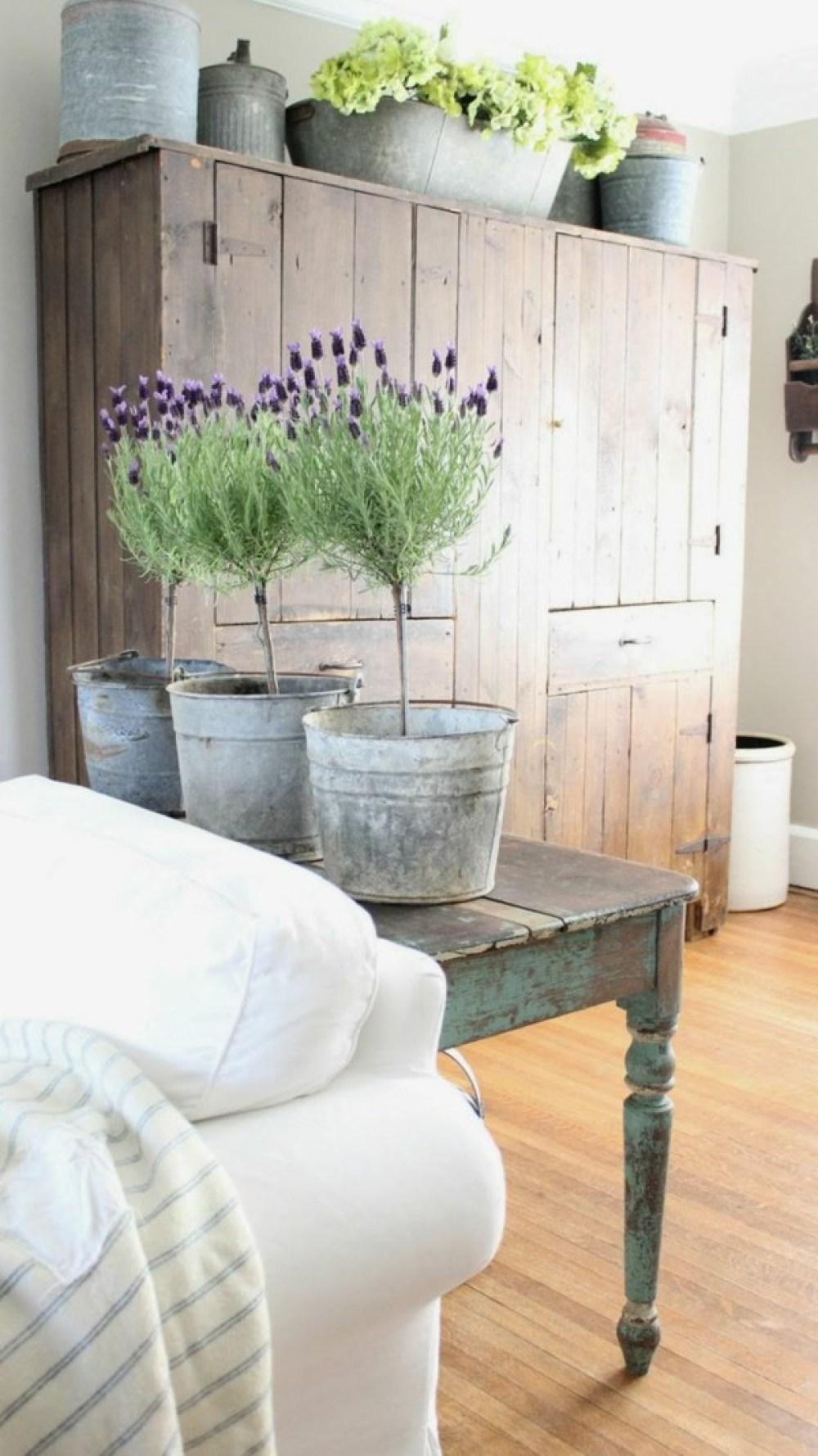 A lavanda é perfeita para decorar ambientes rústicos. Além da atmosfera campestre, ela é perfumada e proporciona relaxamento. Imagem: Fresh Design Pedia