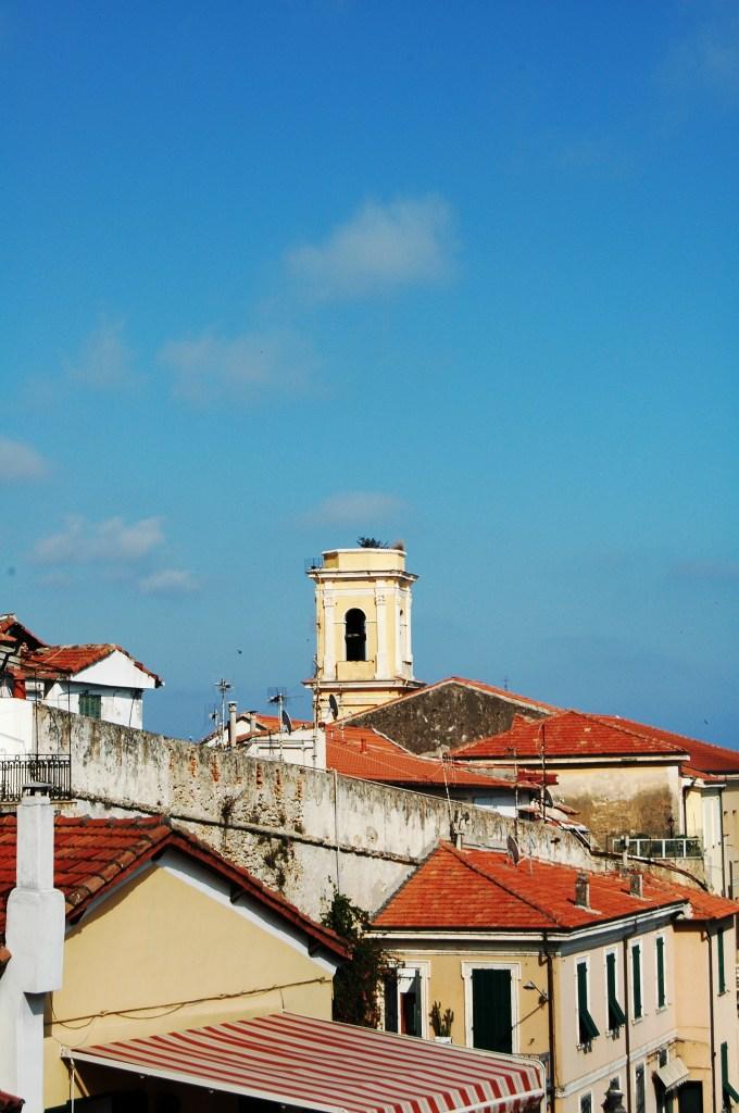 Spicca dal versante rivolto verso la Francia sul centro storico della Città Alta (o Vecchia) a Ventimiglia (IM) il campanile dell'ex-chiesa annessa all'ex-convento di S. Francesco