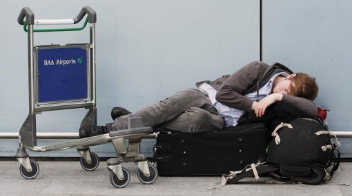 En caso de retraso o cancelación de un vuelo de trabajo; ¿el trabajador puede solicitar la indemnización? ¿Y la empresa?