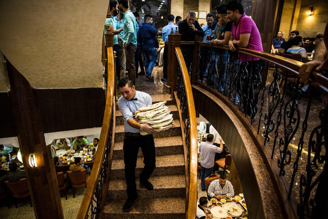 En medio de la guerra, un restaurante en Bagdad une a sunitas y chiitas-Tim Arango
