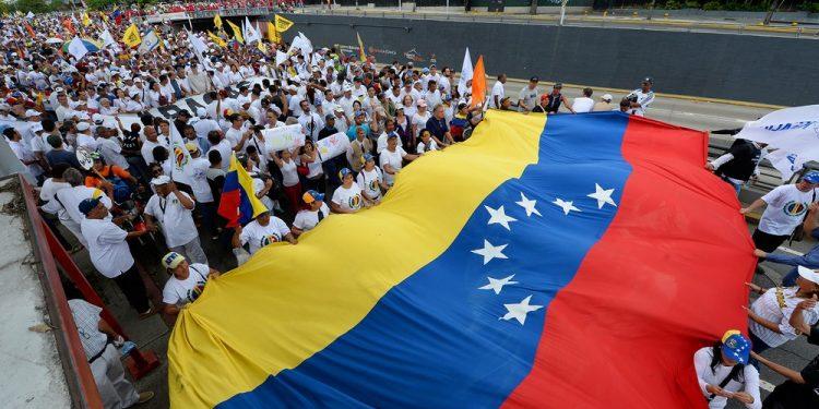 Venezuela con violencia y hambre: ciudadanos huyen del desastre y escapan a Argentina | Nexofin