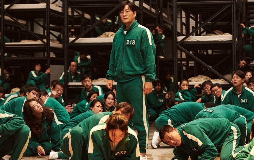 Sang - woo standing while other sitting meme
