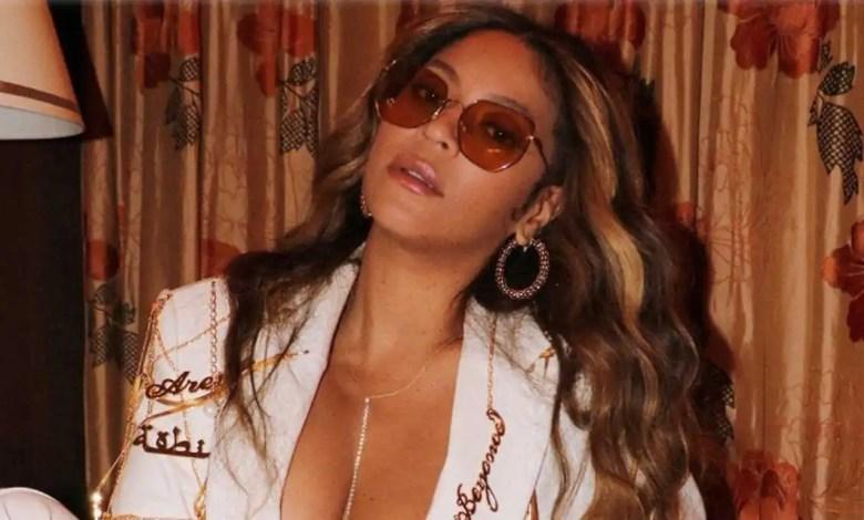Cantora Beyoncé posa usando óculos escuros e terno branco (Reprodução/Internet)