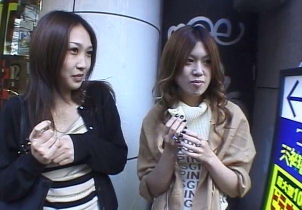 不審げに怪しがる素人女性二人組