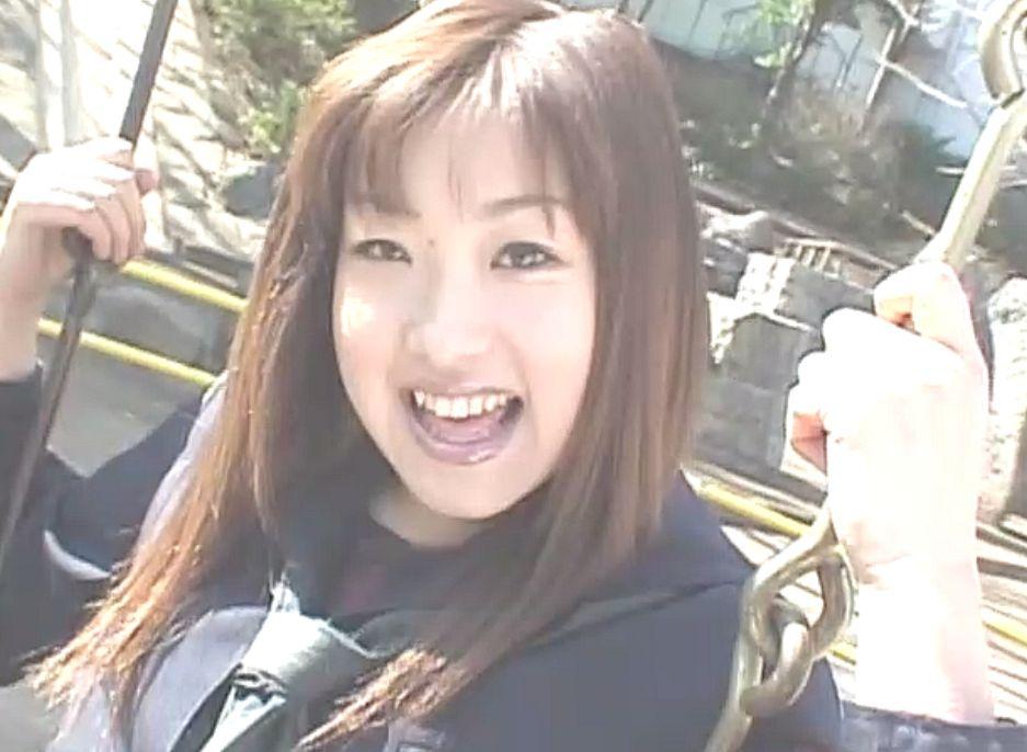 女子校生の制服コスプレを着たロリAV女優の野口佳穂ちゃん