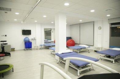 «Instalación de grúa de techo para rehabilitación con arnés de bipedestación en clínica Neuroal en Almería»