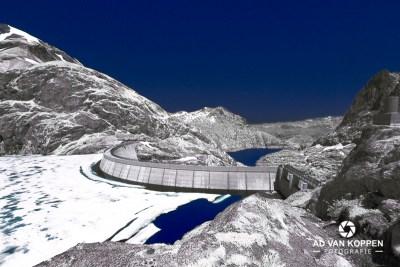 Infraroodfoto van Barrage d'Émosson in Zwitserland. Bevroren stuwmeer. Strakblauwe lucht.