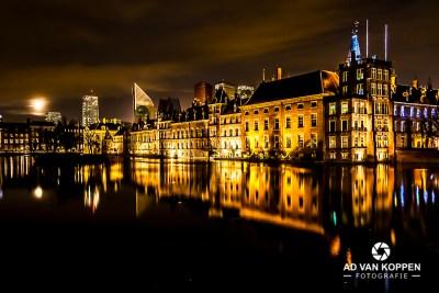 Nachtfoto van de Hofvijver in Den Haag met de volle maan en de Hoftoren op de achtergrond.
