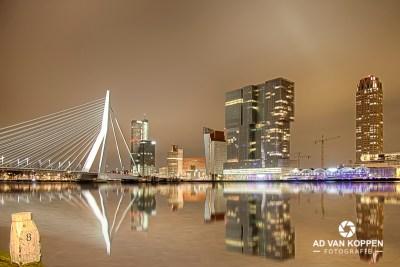 Landschapsfoto van de Skyline van Rotterdam Zuid, 's-nachts gefotografeerd vanaf de Willemskade. Met frisse kleuren. Je ziet ook de Erasmusbrug, de Maastoren, de Rechtbank Rotterdam, de Rotterdam, de Montevideotoren en de Cruise Terminal.
