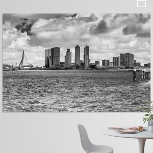 Landschapsfoto van de Skyline van Rotterdam Zuid gezien vanaf de Willemskade. Zwart-wit. Je ziet ook de Erasmusbrug, de Rotterdam en de Montevideotoren.
