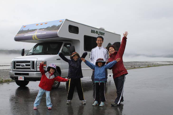 家族とキャンピングカーの写真