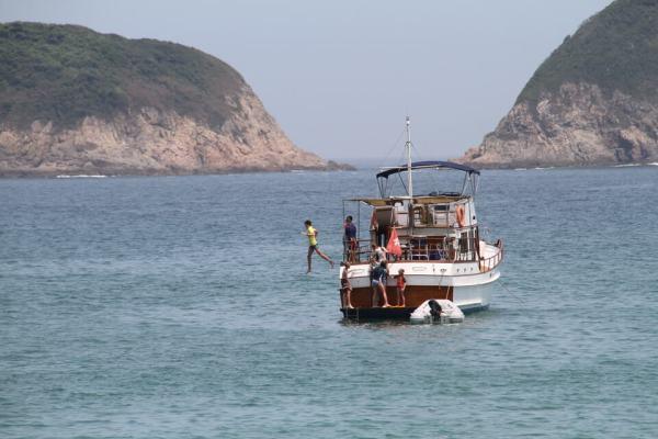 沖合いのボートの写真
