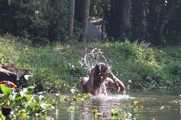 水浴びをする男性の写真