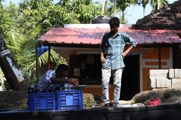 カヌーで野菜を売る人の写真