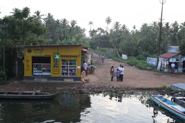 船から見る村の風景写真