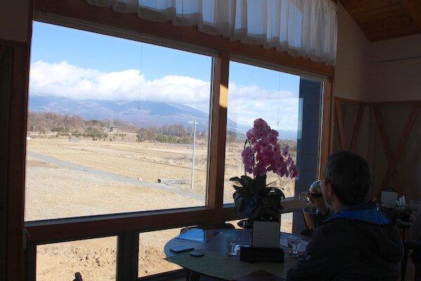 浅間山を望むジオヒルズのカフェの写真