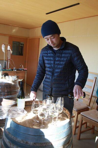 ワインを注ぐ波田野さんの写真