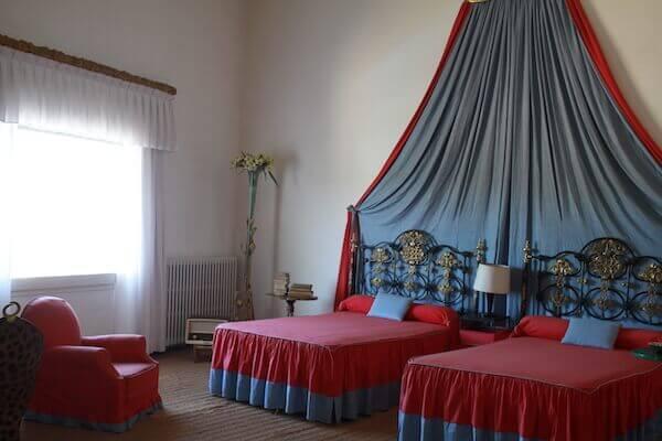 ダリとガラの寝室の写真