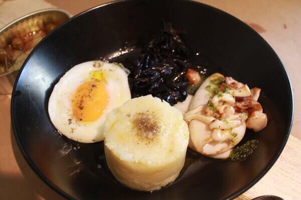 ポテトとイカスミの美食の写真