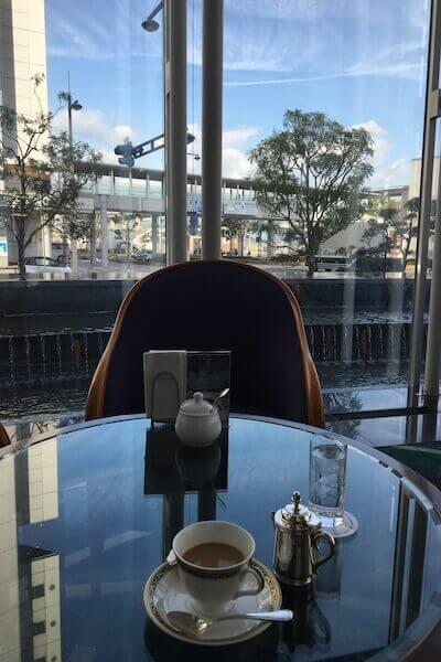 ホテルのカフェでコーヒーを飲む写真