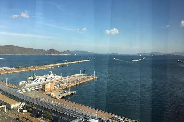 ホテルから瀬戸内海を眺める写真