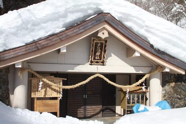 雪に埋もれた奥社の写真