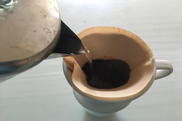 コーヒーを入れる写真