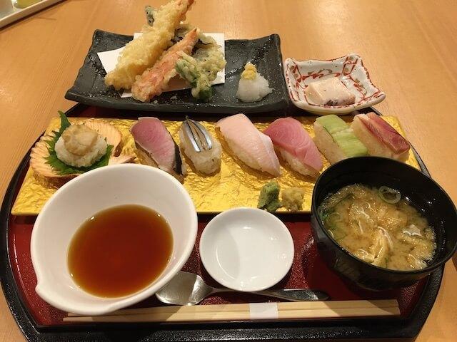 土佐の握り寿司と天ぷら御膳の写真