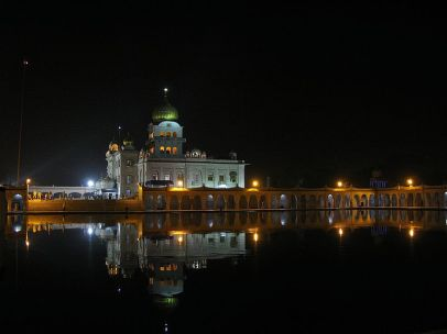 800px-Night_view_of_Gurdwara_Bangla_Sahib_and_the_Sarovar