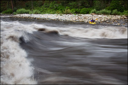 Kayaker_wave_Marble_Middle_Fork_Salmon_muddy