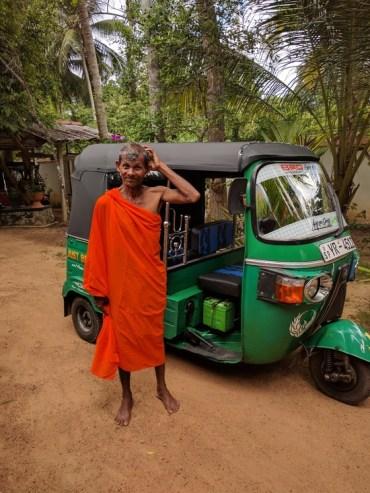 Knotsgekke tuinman Gotachi, verkleed als monnik. Vandaag nog kroop hij in een reiskoffer. Hij wilde mee naar België :-D