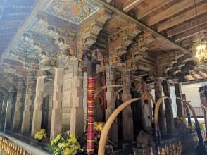 Zeer indrukwekkend houtsnijwerk in de Temple of the Tooth (Kandy)