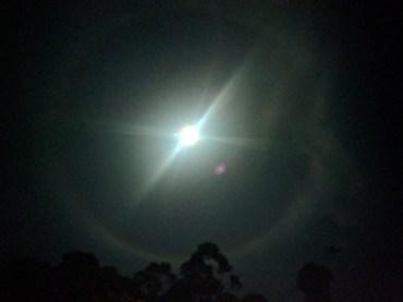 Midden in de nacht kregen we deze fenomenale 21° maanhalo te zien...