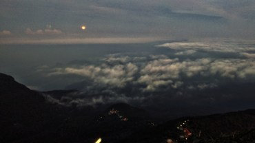 's nachts klim je 5200 trappen naar boven, op vanop de top de zonsopgang mee te maken. Hier de laaste maneschijn