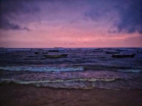 Zonsondergang en onweer aan het strand van Hikkaduwa