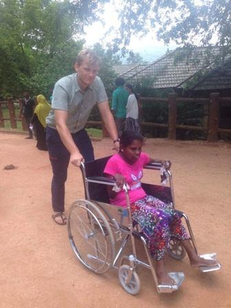 Twee dames die moeilijk te been zijn, en maar 1 rolstoel. Dat betekent heel veel over en weer lopen!
