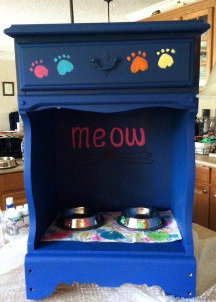 Meow cat feeding station