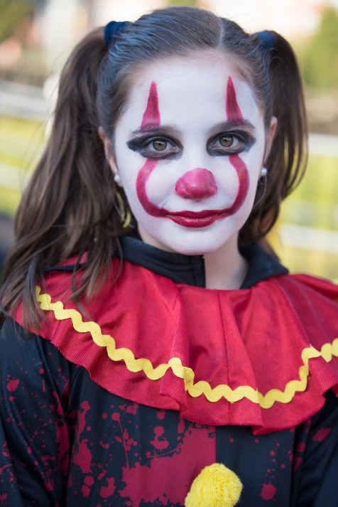 Antonella Machado dressed as Pennywise with a clown costume and face paint.