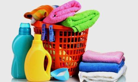 Корзина с полотенцами и моющие средства
